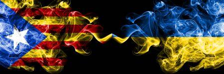 Cataluña vs Ucrania, banderas de humo de Ucrania colocadas una al lado de la otra. Banderas de humo sedoso de color espeso de Cataluña y Ucrania, Ucrania