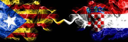 Cataluña vs Croacia, banderas de humo croatas colocadas una al lado de la otra. Banderas de humo sedoso de color espeso de Cataluña y Croacia, croata