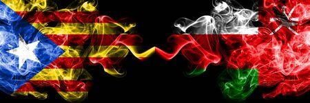 Cataluña vs Omán, banderas de humo de Omán colocadas una al lado de la otra. Banderas de humo sedoso de color espeso de Cataluña y Omán, Omán