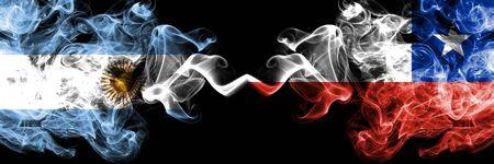 Argentine, Argentine, Chili, Chilien, flip, drapeaux fumés colorés épais de compétition. Jeux de match de la phase finale du football américain
