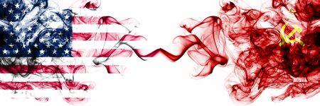 Stati Uniti d'America contro URSS, bandiere mistiche fumose comuniste poste fianco a fianco. Spessa colorata setosa fumo astratto banner dell'America e dell'URSS, comunista
