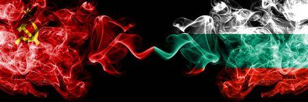 Kommunist gegen Bulgarien, bulgarische abstrakte rauchige mystische Flaggen nebeneinander platziert. Dickfarbige, seidige Rauchfahnen des Kommunismus und Bulgariens, bulgarisch