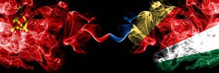 Communiste contre Seychelles, drapeaux mystiques enfumés abstraits seychellois placés côte à côte. Drapeaux de fumée soyeuse de couleur épaisse du communisme et des Seychelles, Seychelloise