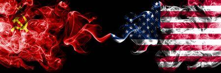 Kommunist gegen Vereinigte Staaten von Amerika, amerikanische abstrakte rauchige mystische Flaggen nebeneinander. Dicke, seidige Rauchflaggen des Kommunismus und der Vereinigten Staaten von Amerika, amerikanisch