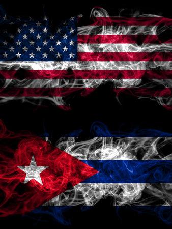 美国,美国,美国,美国,美国和古巴,古巴烟雾缭绕的神秘国旗并排放置。厚厚的彩色丝质抽象烟旗