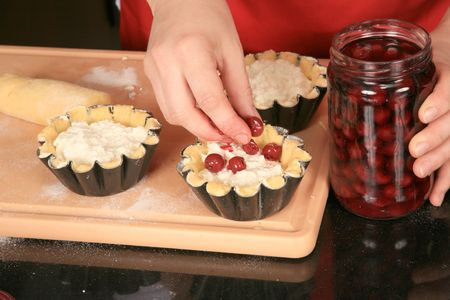 Preparation biscuits with cherries and cream 2