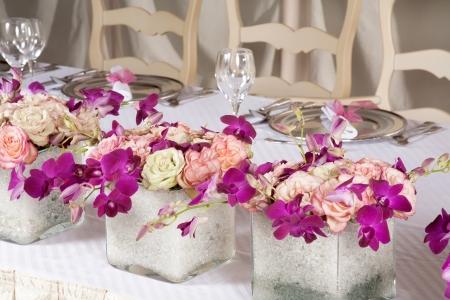 arreglo de flores: Mesa puesta para una cena de la boda