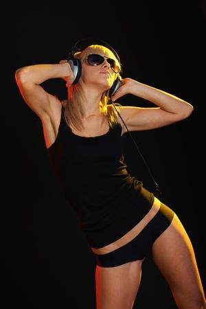 listening to music: Ni�a en oscuridad en escucha m�sica de expresi�n Foto de archivo