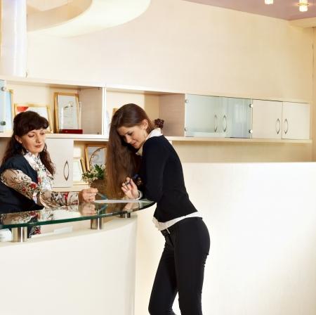 Twee vrouw tolking buurt helpdesk bij de receptie kantoor