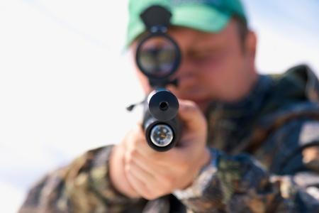 Close-up jager te richten met wapen op het terras jacht