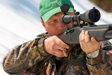 охотник: Закрыть охотник цель с оружием в открытом охоты Фото со стока