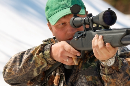 야외 사냥에서 무기를 목표로 사냥꾼을 닫습니다 스톡 콘텐츠