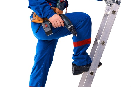 Portret technicus man in werkkleding met instrument en stap-ladder