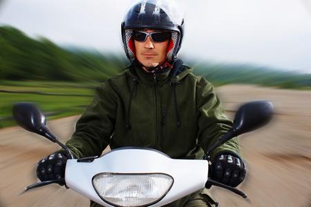 Man motorrijder op de scooter een van de outdoor