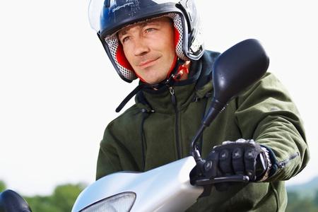 스쿠터는 야외에서 남자 motorbiker