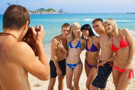 Jongeren bedrijf in de zomer zonlicht dag op het strand