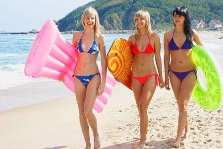 해변에서 그룹 젊은 여자가 모델 활동