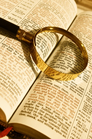 Close-up Bijbel open pagina en vergrootglas op de IT-