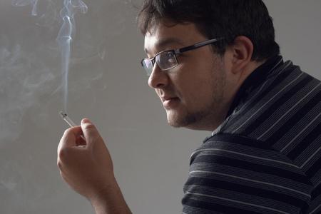hombre fumando: Retrato de estudio hombre fumando Foto de archivo