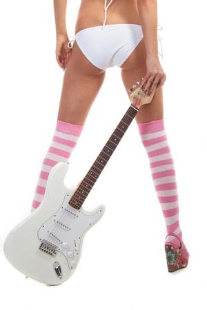 기타와 흰색 배경에 속옷에 다시 핀 - 업 소녀