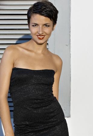 Portret jonge Brunet model met kort haar tegen de muur Stockfoto