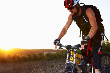 andando en bicicleta: Tarde deporte al aire libre de tiro con el hombre en bicicleta