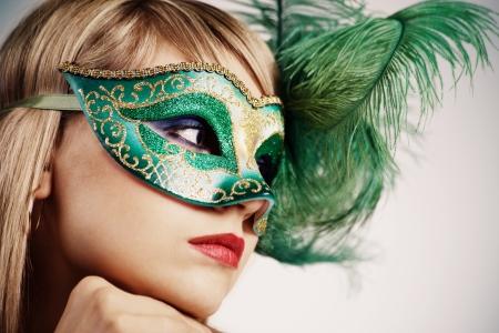 Portret vrouw in Venetiaans masker Stockfoto