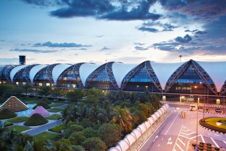 Internetional terminal van de luchthaven Suvarnabhumi in Bangkok stad