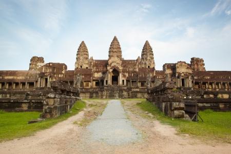 Inschrijving in Angkor Wat in Cambodja tegen de blauwe hemel