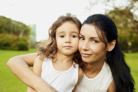 실제 감정에 야외에서 초상화 엄마와 딸 스톡 콘텐츠