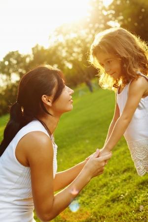 mama e hija: Retrato madre e hija en el exterior en las emociones reales Foto de archivo