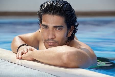 stílus: Alkalmi életmód szabadtéri portré jóképű srác a medencében