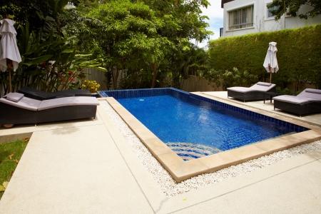 열대 지방의 수영장이있는 야외 공간 luxery house