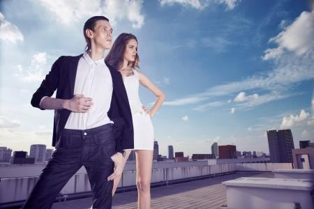 야외에서 매력적인 패션 스타일에서 남자와 여자 모델