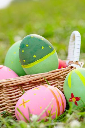 meadow  grass: Cierre de los huevos de Pascua pintados en la pradera de hierba verde