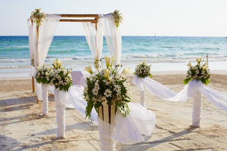 bröllop: Dekorationer för bröllopsceremonin på Boracay island beach Stockfoto
