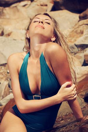 junge nackte m�dchen: Model, Portr�t, in K�rper Badehose am Strand unter Sonnenlicht