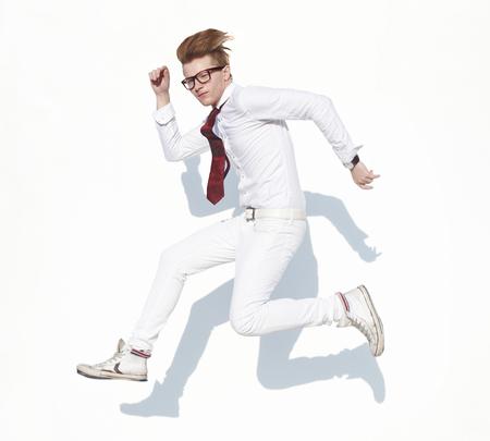 poses de modelos: El individuo joven en la ropa blanca y gafas en la expresi�n hop frente fondo blanco