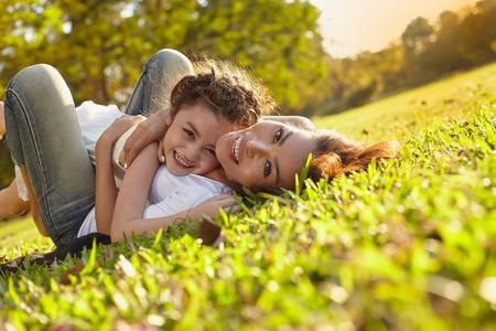 Lifestyle portret moeder en dochter in happines aan de buitenkant in de wei