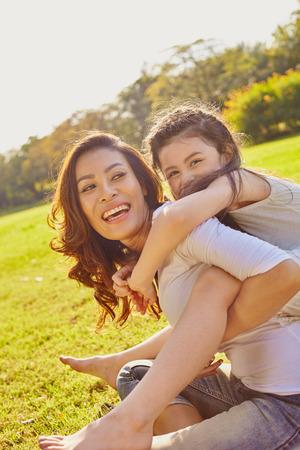 초원에서 외부에서의 happines의 라이프 스타일 초상화 엄마와 딸