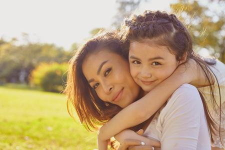 mother: Estilo de vida madre retrato e hija en happines en el exterior en la pradera