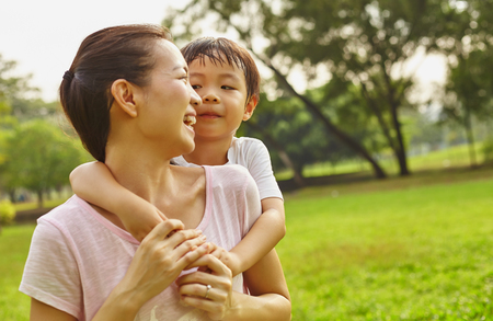 Asian family mom and boy in the park 版權商用圖片