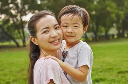 アジアの家族のお母さんと公園で少年