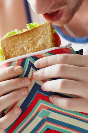 comiendo pan: Cierre de bocadillo en bolsa de comida para el almuerzo Foto de archivo