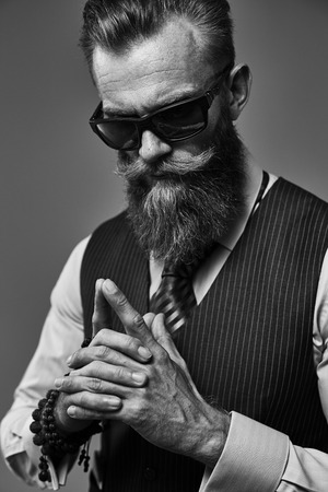 ropa casual: barba del hombre HANDSOM de última moda y el estilo clásico traje de chaleco sin