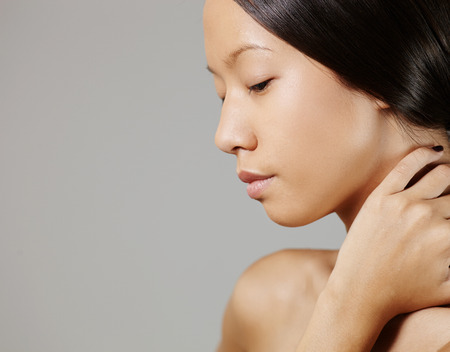 junge nackte m�dchen: Studio Mode-Shooting wwith asiatische weibliche Modell opposit grauen Hintergrund