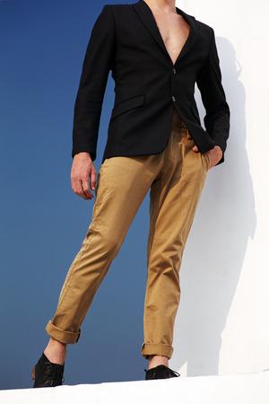 modelos hombres: Modelo de manera masculino del estilo de moda conceptuale opposit blanco y azul