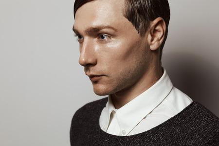 poses de modelos: Modelo de manera masculino del estilo de moda conceptuale