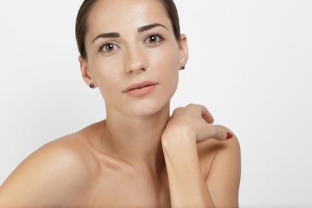 cuerpo femenino: Retrato modelo de mujer joven con la cara clara y esquiar frente fondo blanco