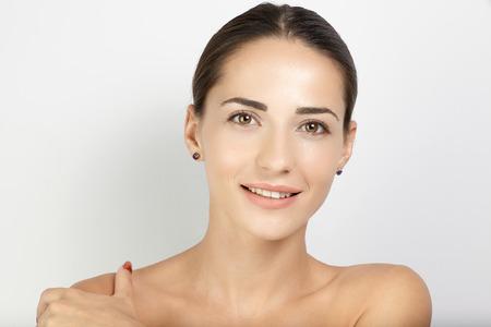Portrait junge weibliche Modell mit klaren Gesicht und sking gegenüber weißem Hintergrund Standard-Bild - 56031150